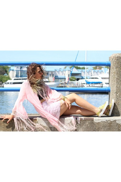 Pink Unicorn Kimono Unif Tops, Brown Rayban Glasses, Yellow Vans