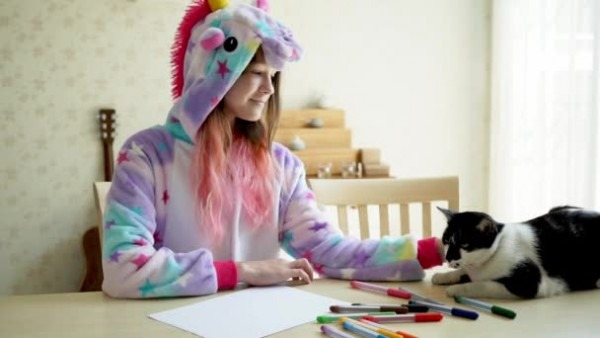 Cute Teen Girl Wear Kawaii Unicorn Pajamas Playing Her Cat — Stock
